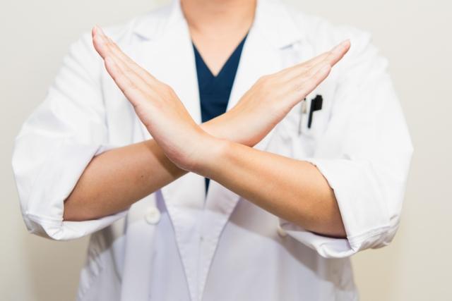 バツ印を出す医者