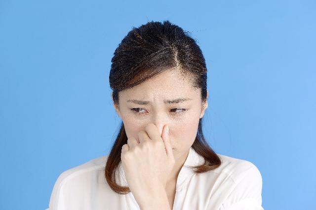 臭いで顔をしかめる女性