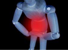 股間を抑えて痛がる男性の画像