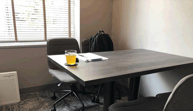 完全個室のカウンセリングルーム。テーブルが一つと椅子が4脚ある。